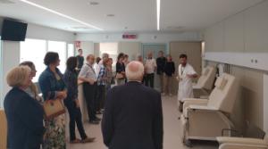 El Dr. Marc Suárez amb alguns dels visitants a la Jornada de Portes Obertes