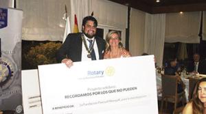 Imatge de l'entrega del xec al Sopar del Rotary Club Barcelona Pedralbes