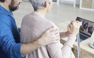 Realitzem una enquesta per avaluar l'efecte de la COVID-19 en el benestar de les persones amb Alzheimer i els seus cuidadors