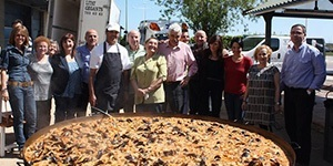 Each year, Josep Maria and Maria Rosa hold a paella celebration in the port with more than 400 people who contribute to our dream of a future without Alzheimer's disease.<br />