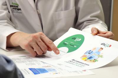 Entrega de pautas personalizadas a uno de los participantes del programa AlfaLife.