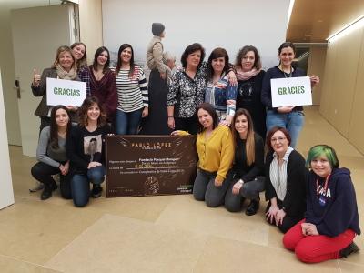 Las seguidoras de Pablo López hacen entrega del cheque por valor de 11.384€ a la Fundación Pasqual Maragall