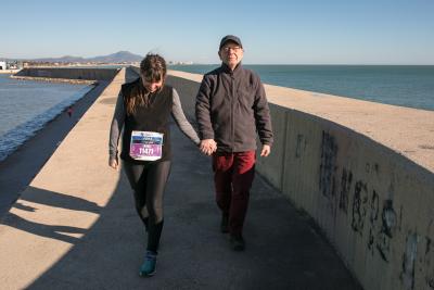 La atleta solidaria de la Maratón de Barcelona Laura Arín camina con su padre con Alzheimer