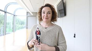 Cristina Maragall con la figureta simbólica entregada por la Guardia Urbana de Barcelona