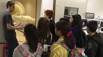 Los alumnos ganadores de Neuroarte durante su visita a la Fundación Pasqual Maragall