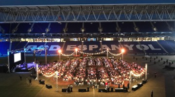 Las mesas de la cena de gala de Somos Uno sobre la hierba del RCDE Stadium