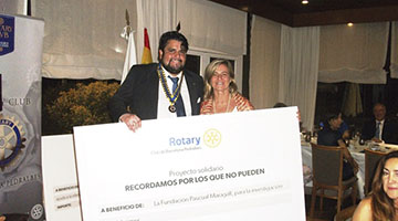 Imagen de la entrega del cheque a la Cena del Rotary Club Barcelona Pedralbes