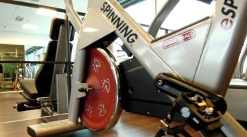Sesión de Spinning solidario en la Piscina Municipal de Porqueres